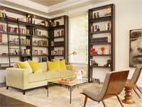 Изображение компактной гостинной комнаты со стеллажами для книг