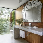 большаЯ плитка в ванной комнате на стене