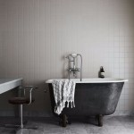 чернаЯ ваннаЯ комната с белой мебелью