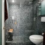 дизайн белой ванной комнаты с мозаикой