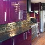 дизайн больших современных кухонь в фиолетового цвета