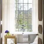 дизайн больших ванных комнат с окном
