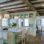 дизайн кухни гостиной с зеленым диваном