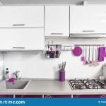 дизайн кухни с фиолетовым диваном