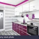 дизайн кухни с фиолетовым гарнитуром фото