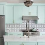 дизайн кухни с зеленым диваном