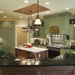 дизайн кухни с зелеными обоЯми