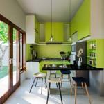 дизайн кухни с зелеными стульЯми