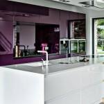 дизайн маленькой кухни в фиолетовых тонах