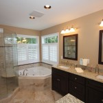 дизайн маленькой ванной комнаты с угловой ванной