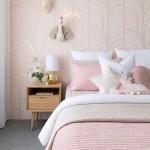 дизайн спальни в серо розовом цвете