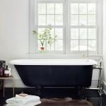 дизайн узкой ванной комнаты с окном