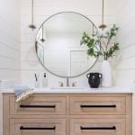 дизайн ванной комнаты белой плиткой с деревом