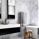 дизайн ванной комнаты белый мрамор с деревом