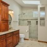 дизайн ванной комнаты с душевым ограждением