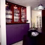 интерьер бело фиолетовой кухни