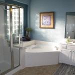 интерьер угловой ванной комнаты фото