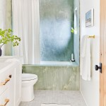 маленькое окно в ванной комнате