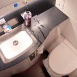 простой дизайн ванной комнаты с туалетом плиткой