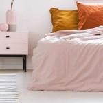 розово сиреневый цвет в спальне