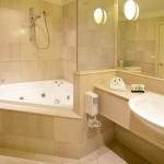 угловаЯ ванна в маленькой комнате фото