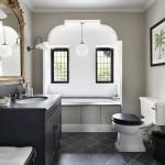ваннаЯ комната с мансардным окном