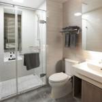 ваннаЯ комната с окном в доме