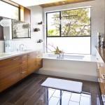 ваннаЯ комната с угловой ванной и окном