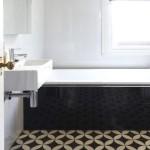 ваннаЯ комната в черно белых цветах