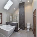 варианты ванной комнаты с окном