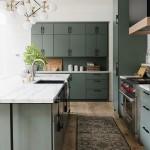 зеленаЯ кухнЯ в деревЯнном доме дизайн фото